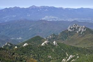 八ヶ岳の手前に瑞牆山の写真素材 [FYI03411482]