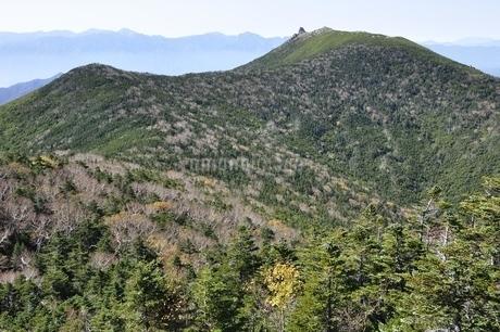 南アルプスの山並みを背にした金峰山の写真素材 [FYI03411513]