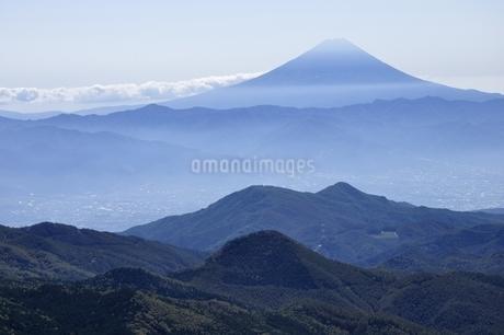 奥秩父の朝日岳より望む富士山の写真素材 [FYI03411522]