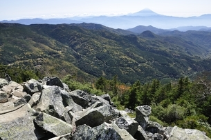秋の奥秩父と富士山の写真素材 [FYI03411735]
