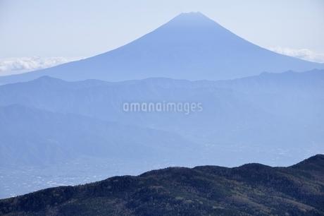 国師ヶ岳より遠望富士山の写真素材 [FYI03411763]