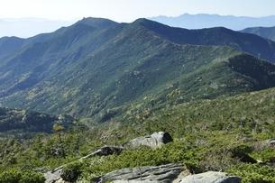 奥秩父山塊の山並みと八ヶ岳遠望の写真素材 [FYI03411779]