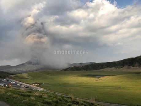 阿蘇山 噴火中の写真素材 [FYI03412084]