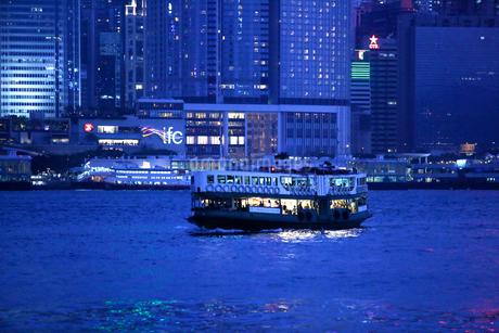 香港・ビクトリア湾を行くスターフェリーの写真素材 [FYI03412175]