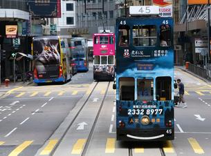 路面電車トラム。香港の庶民の足。の写真素材 [FYI03412187]