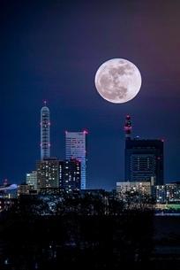 さいたま新都心を照らす月の写真素材 [FYI03412260]