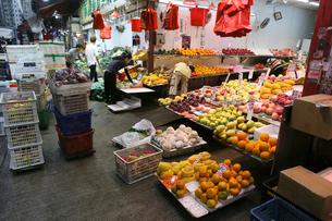 香港島の下町・北角の市場で売られる果物の写真素材 [FYI03412284]
