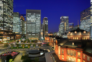 東京駅赤レンガ駅舎と町並みの写真素材 [FYI03412531]