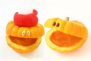 毛糸の帽子をかぶった顔のあるかわいい笑顔のカボチャの写真素材 [FYI03412703]