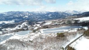 雪の中の太陽光パネルの写真素材 [FYI03412755]