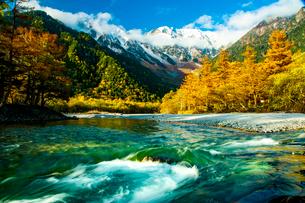 紅葉の上高地清流梓川と冠雪の穂高連峰の写真素材 [FYI03413001]