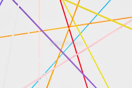 カラフルな直線の交差で繋がりをイメージの写真素材 [FYI03413055]