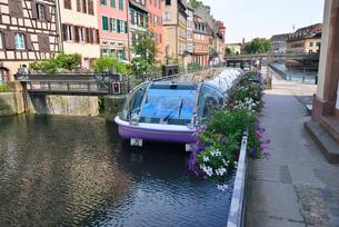 ストラスブール プチットフランスの運河閘門を通過する観光船の写真素材 [FYI03413090]