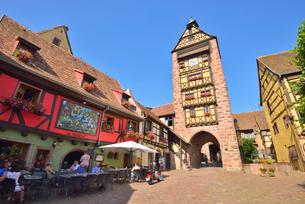 ワインの村 アルザス リックヴィールのシンボル .ドルデの鐘楼の写真素材 [FYI03413094]