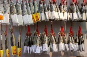 西營盤にある徳輔道西(デ・ヴー・ロード・ウェスト)で売られる塩干し魚「ハムユイ」以前は安かったが今は高級食材の写真素材 [FYI03413129]