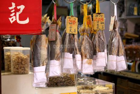 西營盤にある徳輔道西(デ・ヴー・ロード・ウェスト)で売られる塩干し魚「ハムユイ」以前は安かったが今は高級食材の写真素材 [FYI03413130]