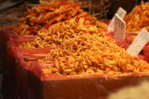 西營盤にある徳輔道西(デ・ヴー・ロード・ウェスト)の「海味街」で売られる干しエビの写真素材 [FYI03413131]
