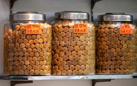 西營盤にある徳輔道西(デ・ヴォー・ロード・ウェスト)の「海味街」で売られる日本産干し貝柱。日本産が最高品質で高価の写真素材 [FYI03413138]