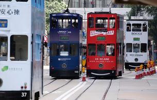 路面電車トラム。香港の庶民の足。の写真素材 [FYI03413153]