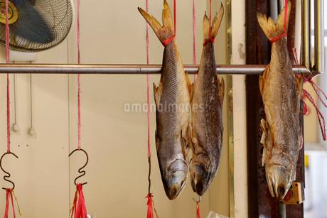 西營盤にある徳輔道西(デ・ヴォー・ロード・ウェスト)で売られる塩干し魚「ハムユイ」以前は安かったが今は高級食材の写真素材 [FYI03413156]