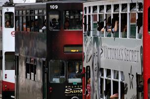 路面電車トラム。香港の庶民の足。の写真素材 [FYI03413157]