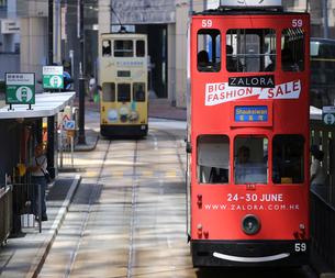 路面電車トラム。香港の庶民の足。の写真素材 [FYI03413349]