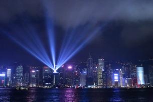 香港の夜を照らすシンフォニー・オブ・ライツの写真素材 [FYI03413358]