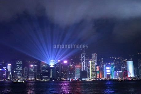 香港の夜を照らすシンフォニー・オブ・ライツの写真素材 [FYI03413359]