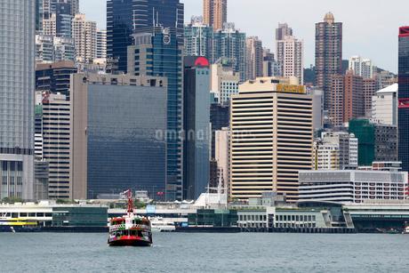 観光船仕様のスターフェリー。後方は香港島の高層ビルの写真素材 [FYI03413368]