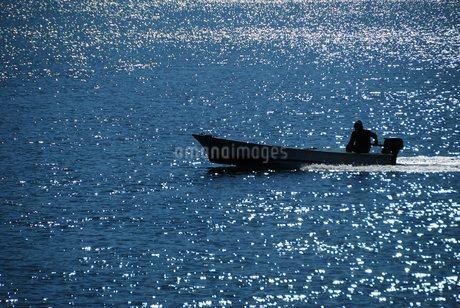 漁船の走る風景の写真素材 [FYI03413405]