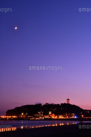 三日月と夕暮れの江の島の写真素材 [FYI03413406]