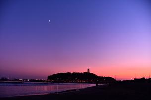 三日月と夕暮れの江の島の写真素材 [FYI03413407]