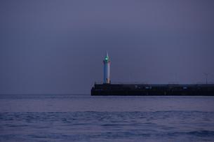 夕暮れの湘南港の写真素材 [FYI03413408]