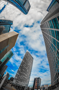 東京都港区・汐留のオフィスビル群と青空の写真素材 [FYI03413617]