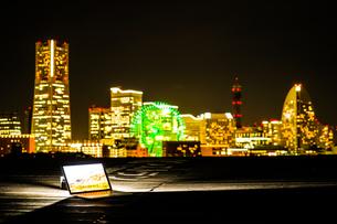 横浜の夜景とノートパソコン(ノマドワーカーのイメージ)の写真素材 [FYI03413661]