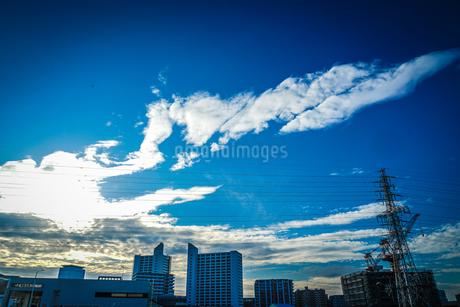 建設中のマンションと青空の写真素材 [FYI03413685]