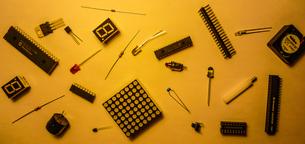 無造作に置かれた電子部品のイメージの写真素材 [FYI03413686]