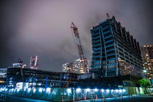 横浜・みなとみらいの高層ビル建設現場の写真素材 [FYI03413759]