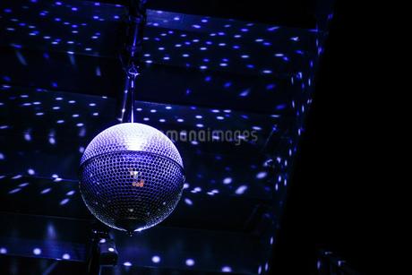紫色のミラーボールの写真素材 [FYI03413778]