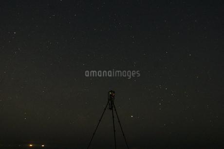星空を撮影するカメラの写真素材 [FYI03413799]