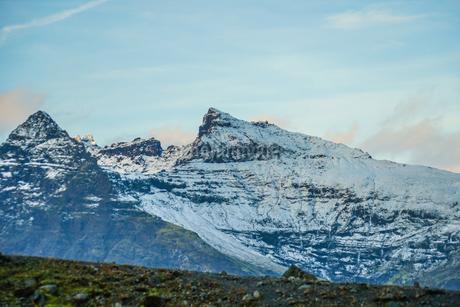 アイスランド・フィヤトルスアゥルロゥン湖の雪山の写真素材 [FYI03413820]