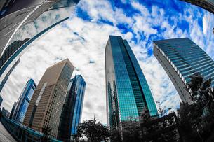 東京都港区・汐留のオフィスビル群と青空の写真素材 [FYI03413839]