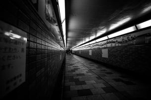 地下通路の写真素材 [FYI03414054]