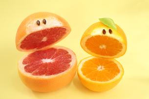 かわいい笑顔のグレープフルーツとオレンジの写真素材 [FYI03414189]