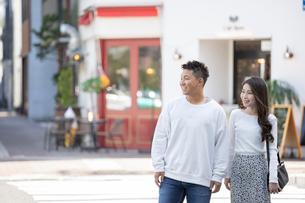 街中で仲良くデートをする若い男女の写真素材 [FYI03414228]