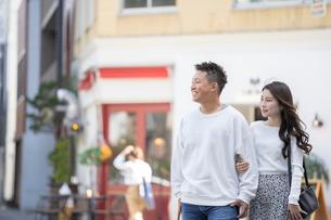 街中で仲良くデートをする若い男女の写真素材 [FYI03414230]