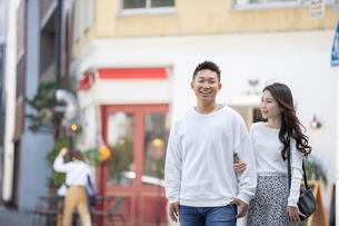 街中で仲良くデートをする若い男女の写真素材 [FYI03414231]