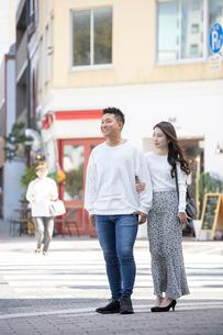 街中で仲良くデートをする若い男女の写真素材 [FYI03414232]