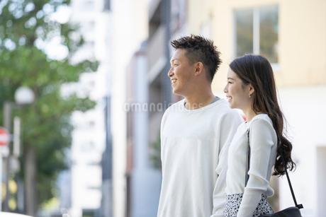 街中で仲良くデートをする若い男女の写真素材 [FYI03414236]