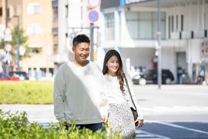 街中で仲良くデートをする若い男女の写真素材 [FYI03414238]